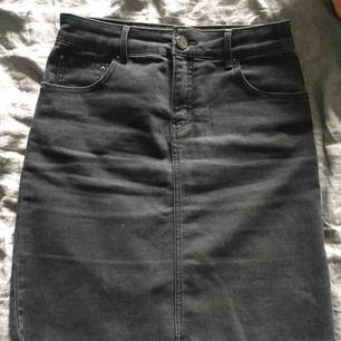 Mörkgrå jeanskjol i använt men gott skick. Storlek 36,  superskön pga stretch  i både midja och i övrigt.
