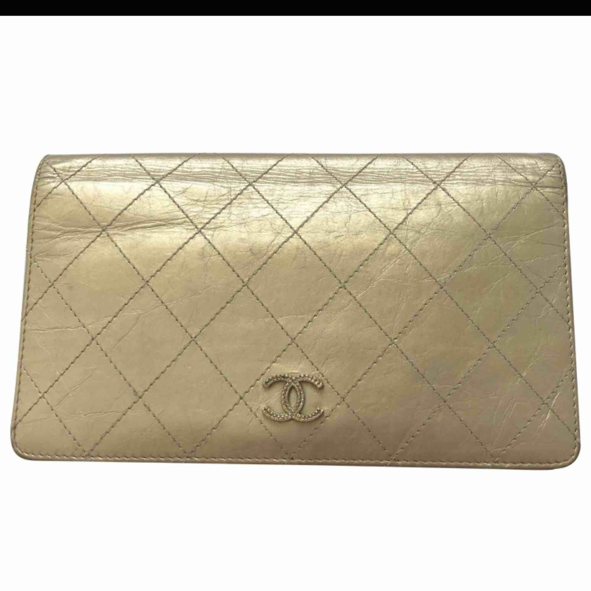 Äkta chanel plånbok med kvitto och intyg från vintagebutiken vestaire collective. Lite sliten se bild. Kan betalas med paypal ( köpgaranti).. Accessoarer.