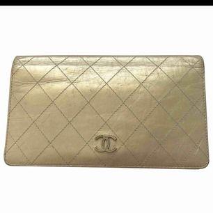 Äkta chanel plånbok med kvitto och intyg från vintagebutiken vestaire collective. Lite sliten se bild. Kan betalas med paypal ( köpgaranti).
