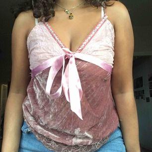 Rosa sammet och spetslinne, ca storlek S. Frakt på 40 kr tillkommer :)