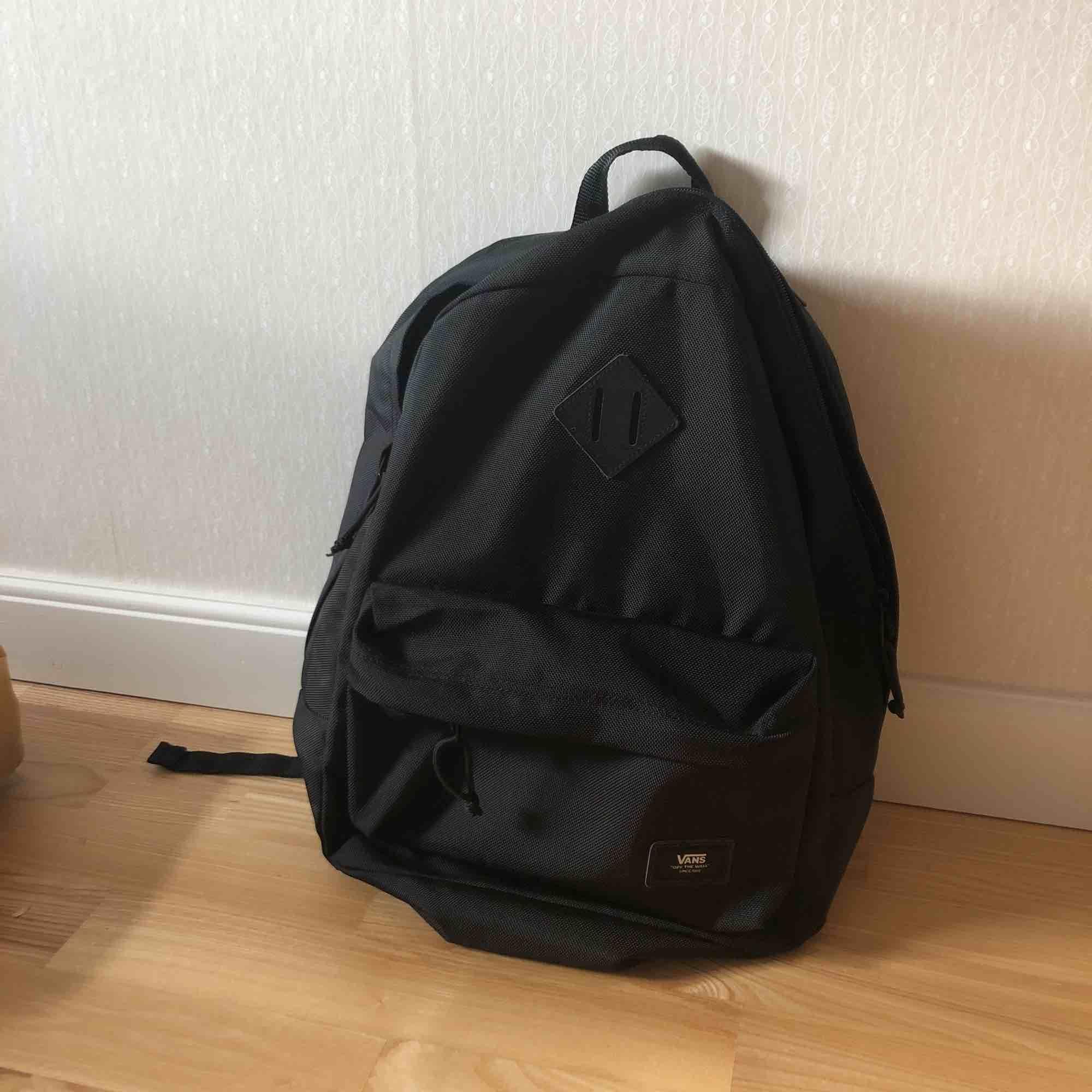skitsnygg!! basic vans- ryggsäck, old school plus!! lite rymligare😍 knappt använd, inköpt för 500kr!. Väskor.