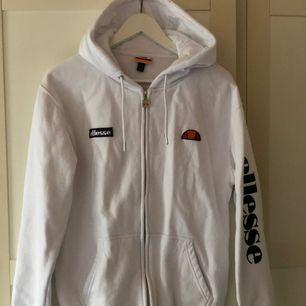 Vit äkta ellesse zip hoodie i storlek S , använd några få gånger , köpt för 899kr. Köpare står för frakt :)