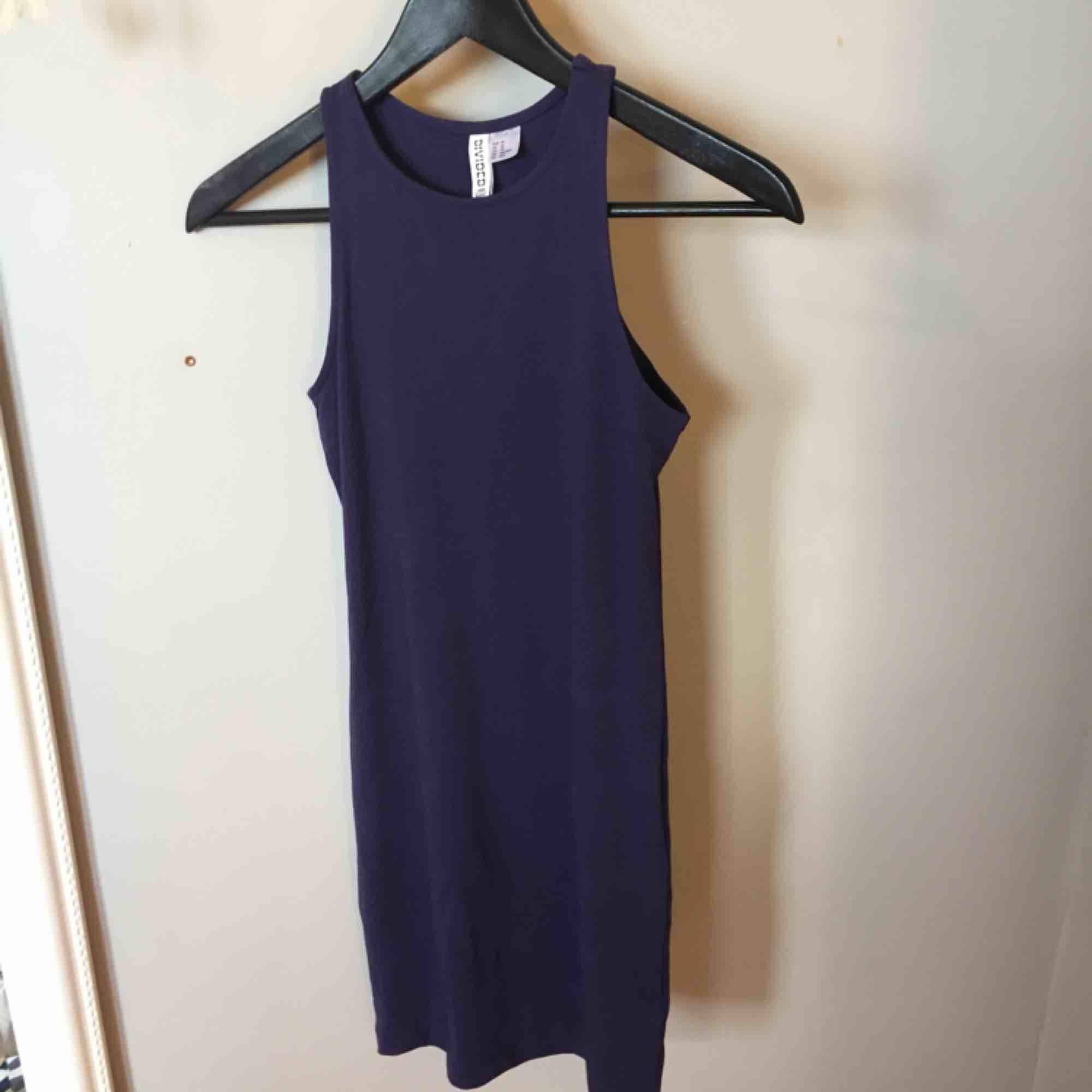Mörkblå tight klänning från H&M, aldrig använd, köparen står för frakten. Klänningar.