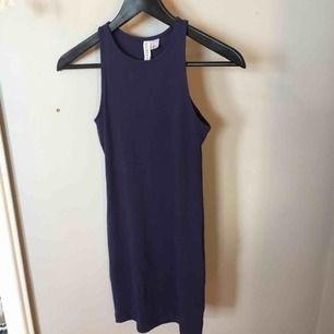 Mörkblå tight klänning från H&M, aldrig använd, köparen står för frakten