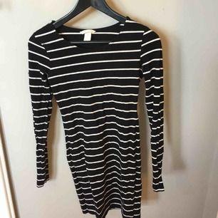 Svart vit randig tight klänning från H&M, använd fåtal gånger, köparen står för frakten