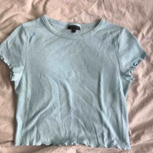 Jättegullig tröja i ljusturkos från topshop i storlek 12(M/40). Jättefint skick✨ lite kortare i modellen!
