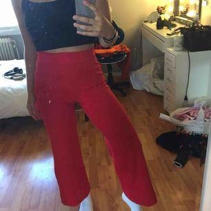 Röda vida kostymbyxor från madlady. Är lite uppsydda i benen eftersom jag är rätt kort, så passar bra om du är runt 160 cm. Använd fåtal gånger. Köparen står för frakten