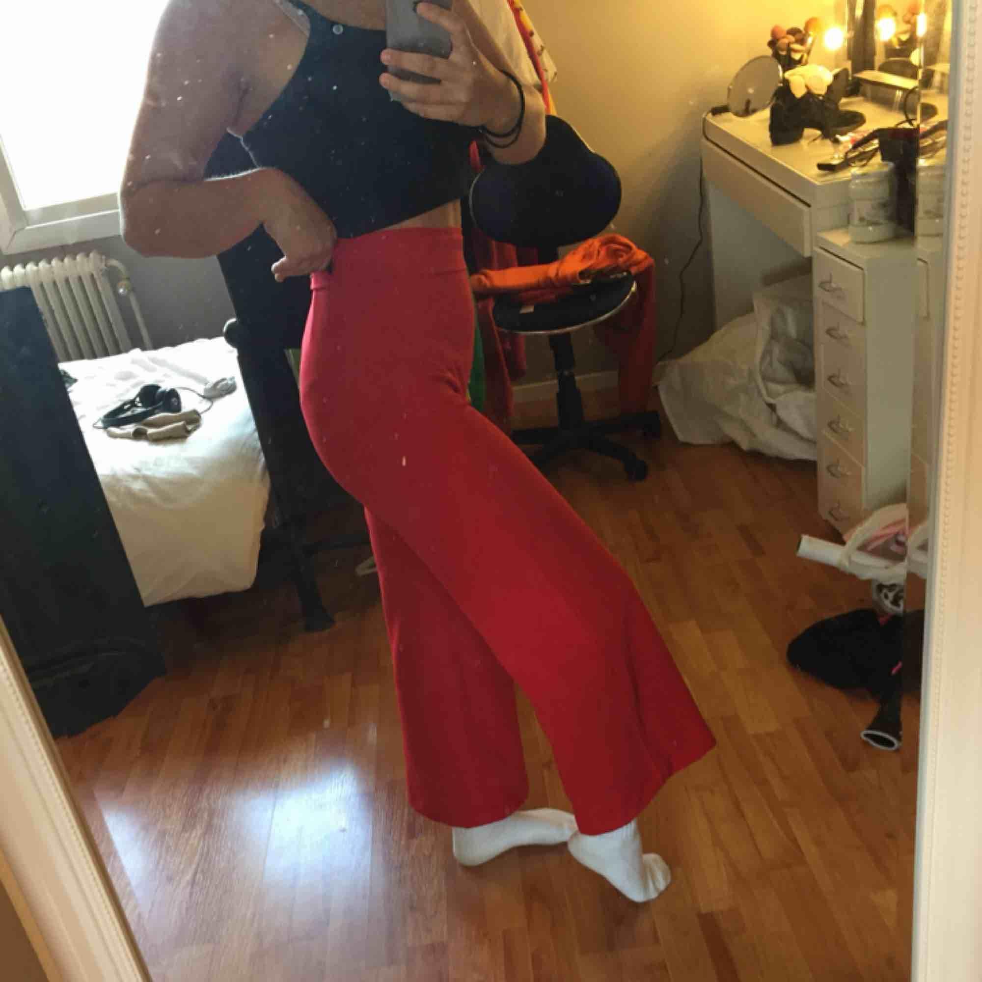 Röda vida kostymbyxor från madlady. Är lite uppsydda i benen eftersom jag är rätt kort, så passar bra om du är runt 160 cm. Använd fåtal gånger. Köparen står för frakten. Jeans & Byxor.