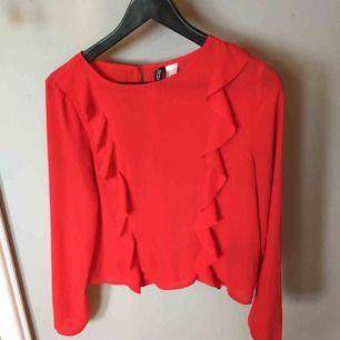 Röd blus från H&M i bra skick. Köparen står för frakten.
