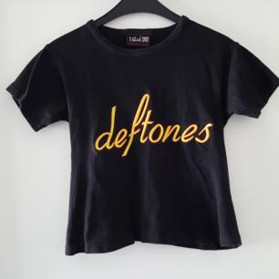 Vintage Deftones t-shirt. Står ingen storlek men är rätt kort och liten, mer som en magtröja och ca storlek XS. Kan skickas om köparen står för frakten, som då blir 36kr.