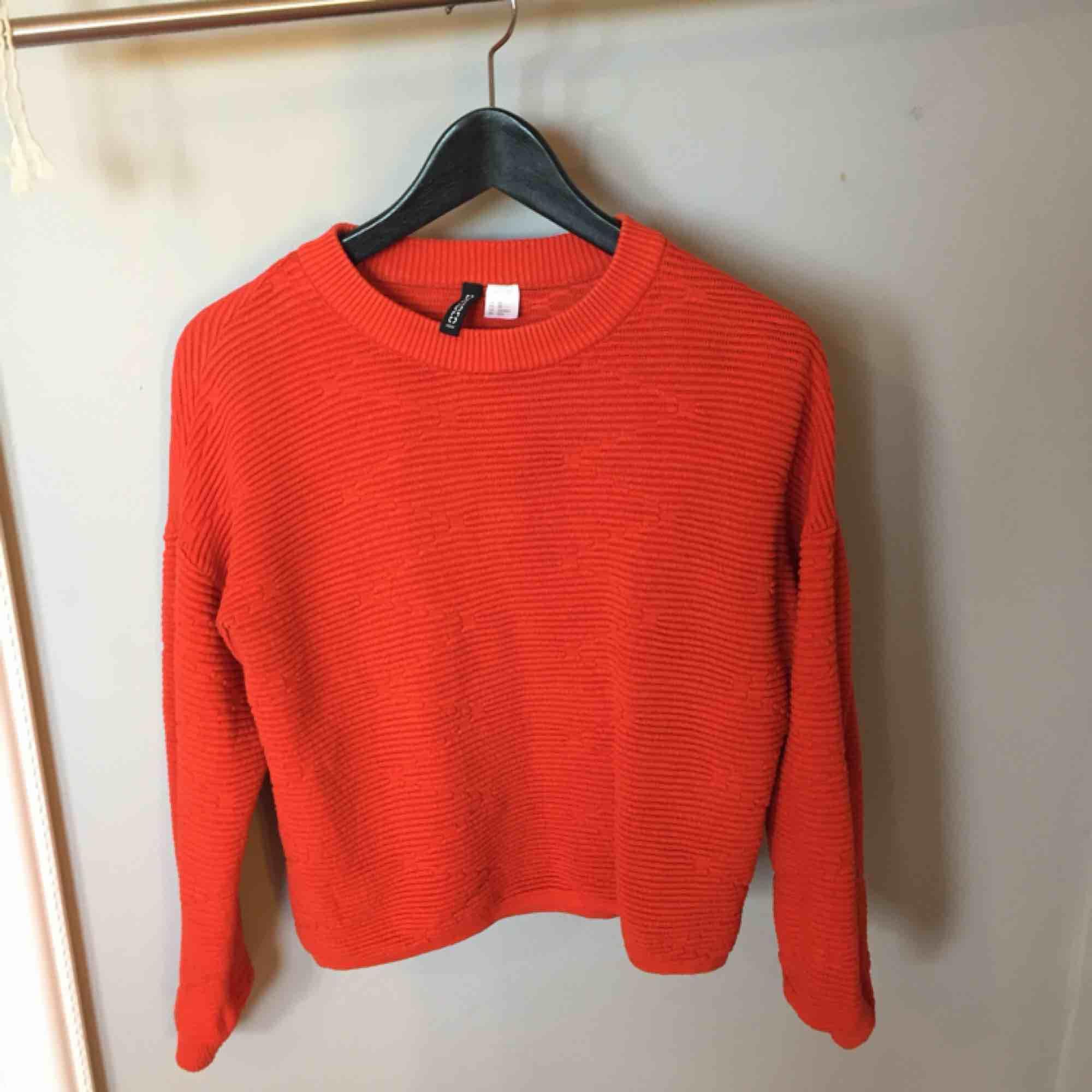 Orange stickad tröja från H&M i bra skick. Köparen står för frakten. Tröjor & Koftor.