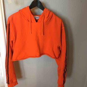 Orange croppad tjocktröja från madlady, använd fåtal gånger. Köparen står för frakten.