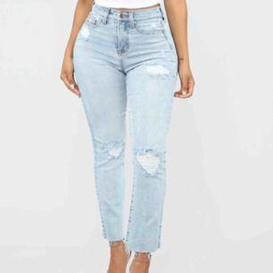Säljer dessa oanvända jeans från fashionnova, de är för små för mig så kan ej ta bild med dom på. Amerikansk storlek 5, vilket är 38. Frakt tillkommer :)
