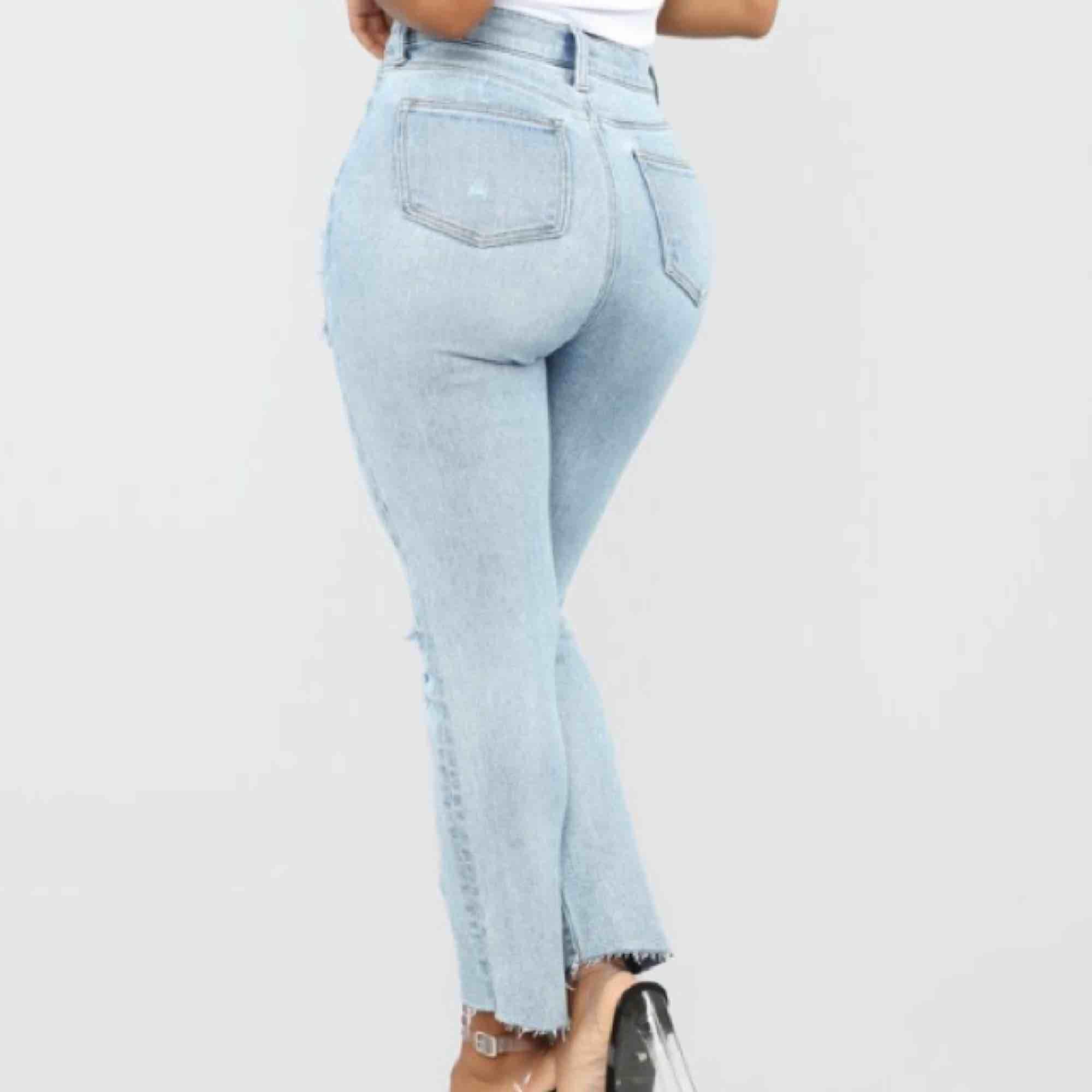 Säljer dessa oanvända jeans från fashionnova, de är för små för mig så kan ej ta bild med dom på. Amerikansk storlek 5, vilket är 38. Frakt tillkommer :). Jeans & Byxor.