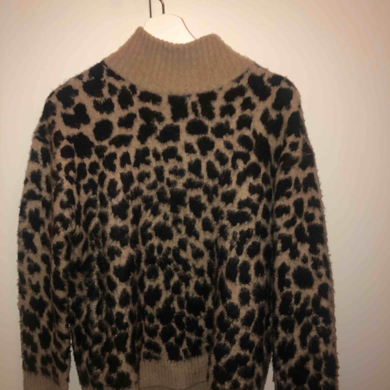 Leopardtröja i fint skick! Säljer pga att den inte kommer till användning.  Kan möta upp på Södermalm annars frakt 50kr. Huvtröjor & Träningströjor.