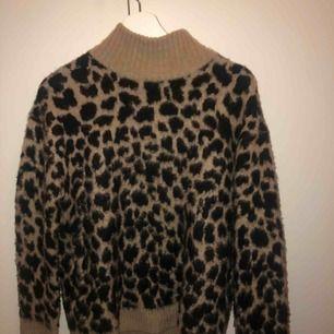 Leopardtröja i fint skick! Säljer pga att den inte kommer till användning.  Kan möta upp på Södermalm annars frakt 50kr