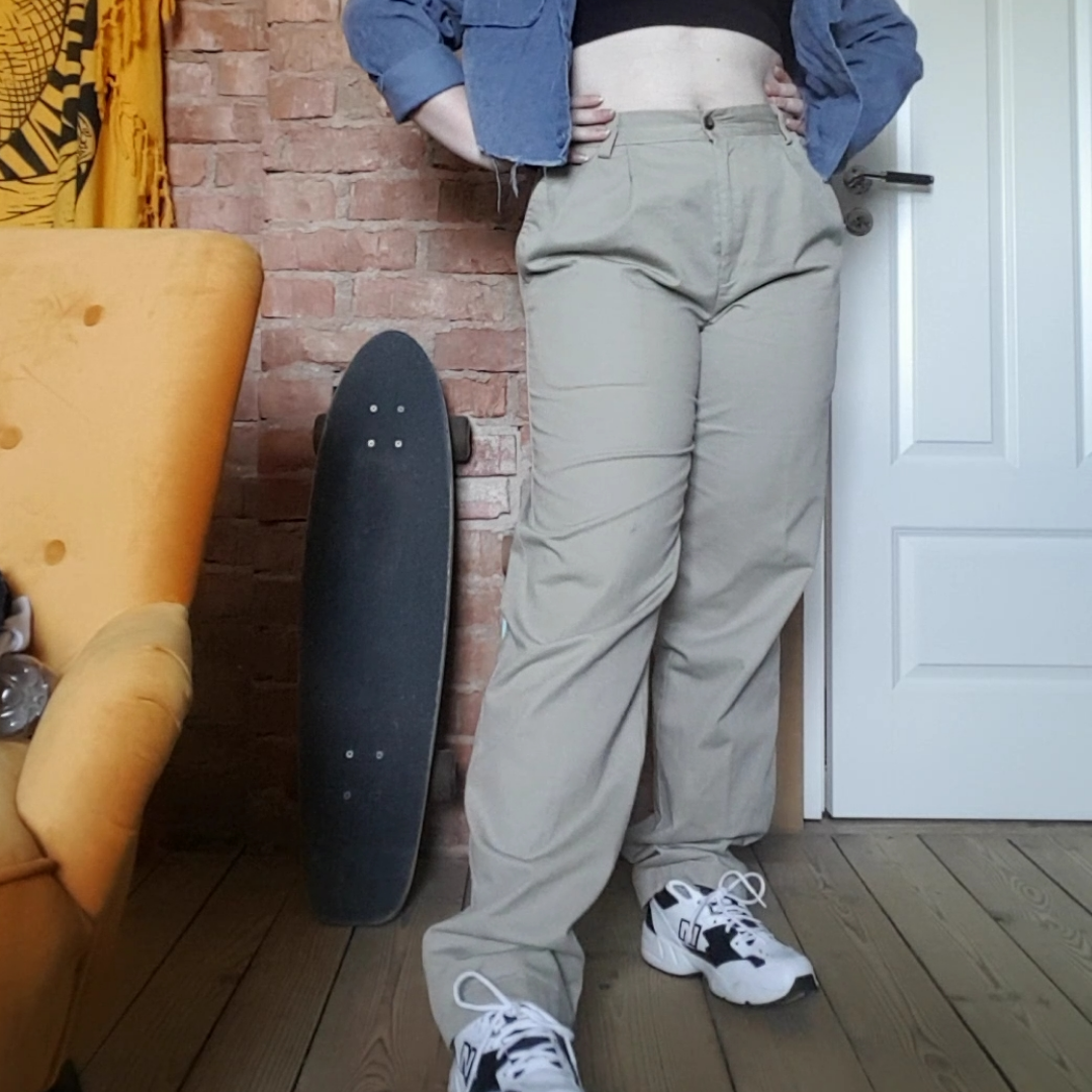 Jätte sköna Ljusa chinos som jag köpt på second hand. Tycker värkligen om dem men de är lite stora och långa. Midjan är lite tajtare. De finns ett litet svart sträck på ena benet därför sätter jag priset lite lägre än ordinarie. Du står för frakt men jag kan även mötas up om de är i Linköping trakterna 🌸. Jeans & Byxor.