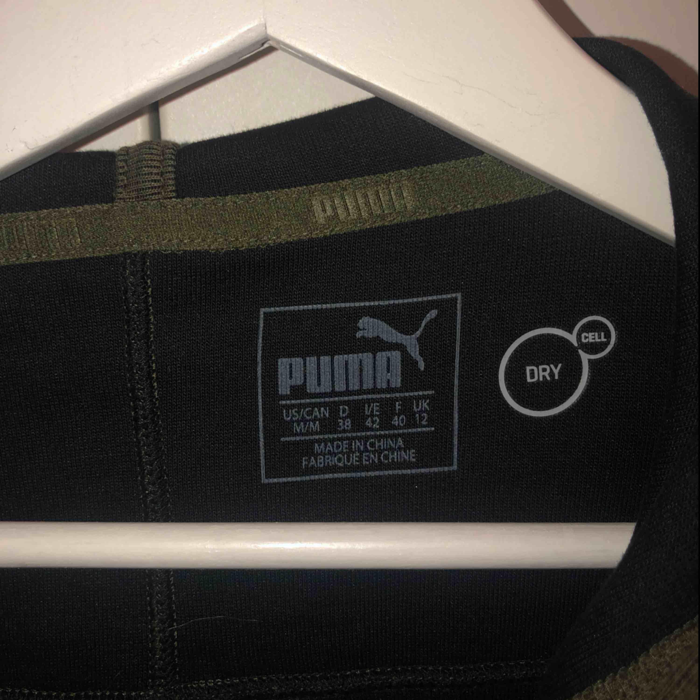 Puma träningströja i bra skick! Oklart vilken storlek men skulle säga att den sitter som en S/M  Möts upp på Södermalm annars frakt 30kr Man kan också köpa matchande byxor, totalt 350 för båda inklusive frakt!  . Huvtröjor & Träningströjor.