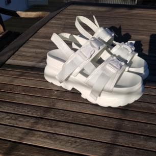 Nya vita platåsandaler från BASSO stl 37. Endast provade ute 1 gång.