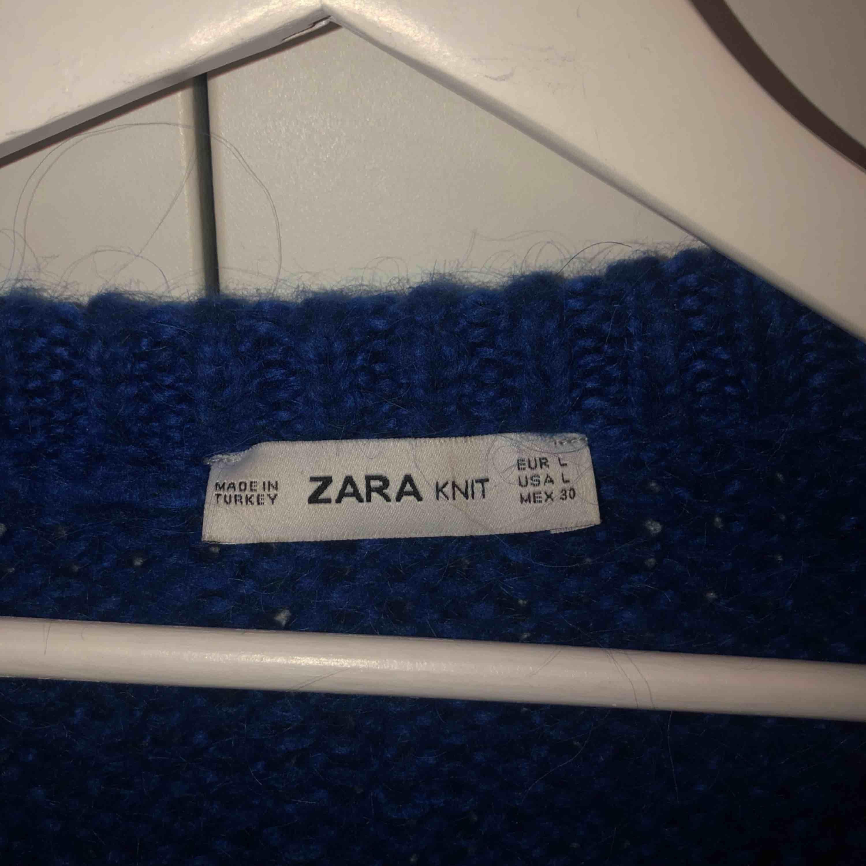 Supermysig blå stickad tröja från zara!  Möts upp på Södermalm annars frakt 30kr Vid snabb affär kan jag tänka mig att gå ner lite i pris . Huvtröjor & Träningströjor.