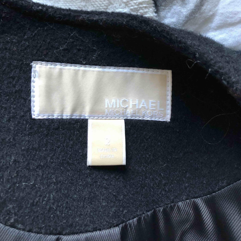 Äkta Michael Kors cape köpt i butik i New York, köpte för 4000kr, startbud 2500kr, ni får buda i kommentarerna! Använd ca 3 gånger . Jackor.
