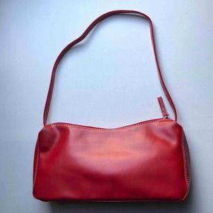 Röd 90-tals väska med fina vita sömmar