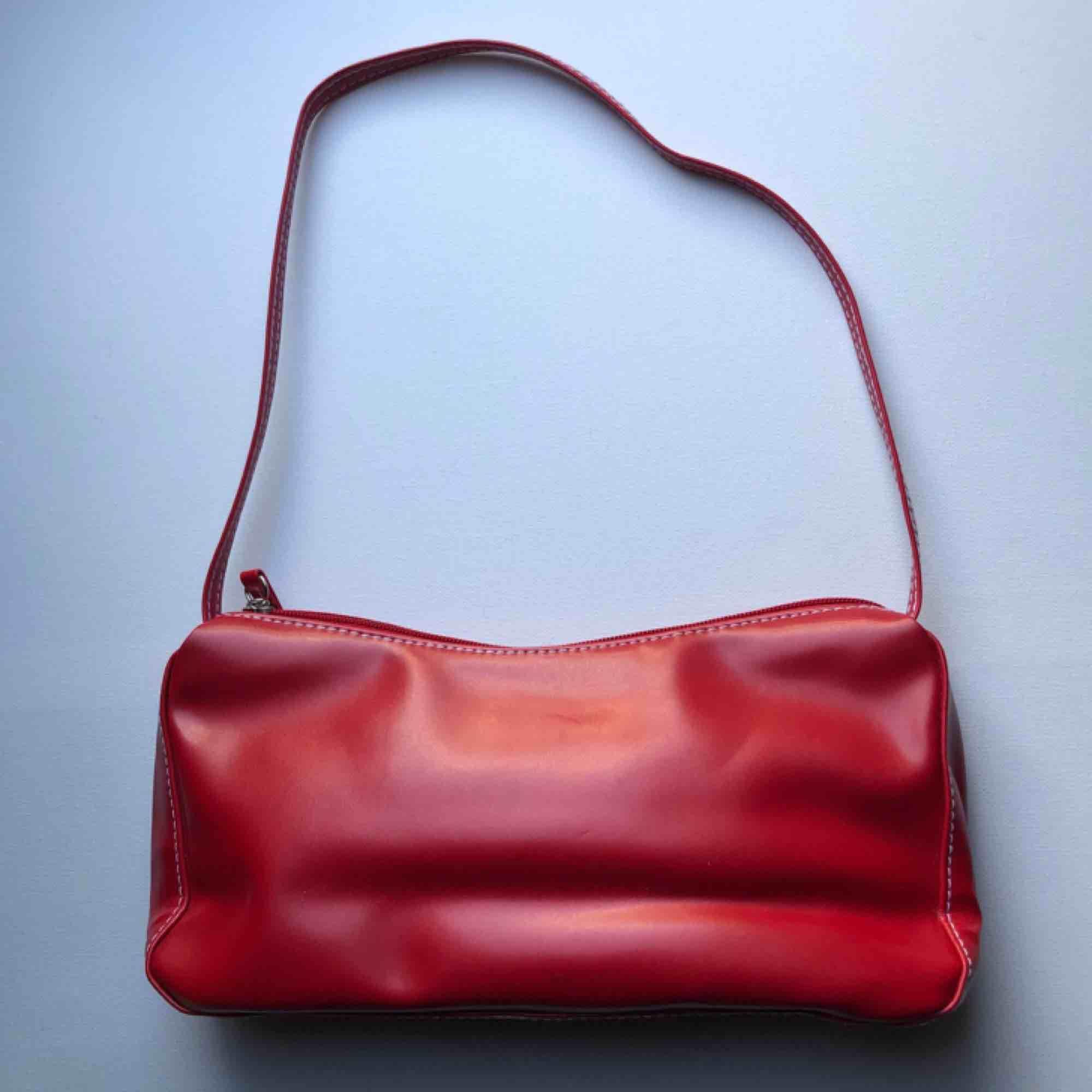 Röd 90-tals väska med fina vita sömmar. Väskor.