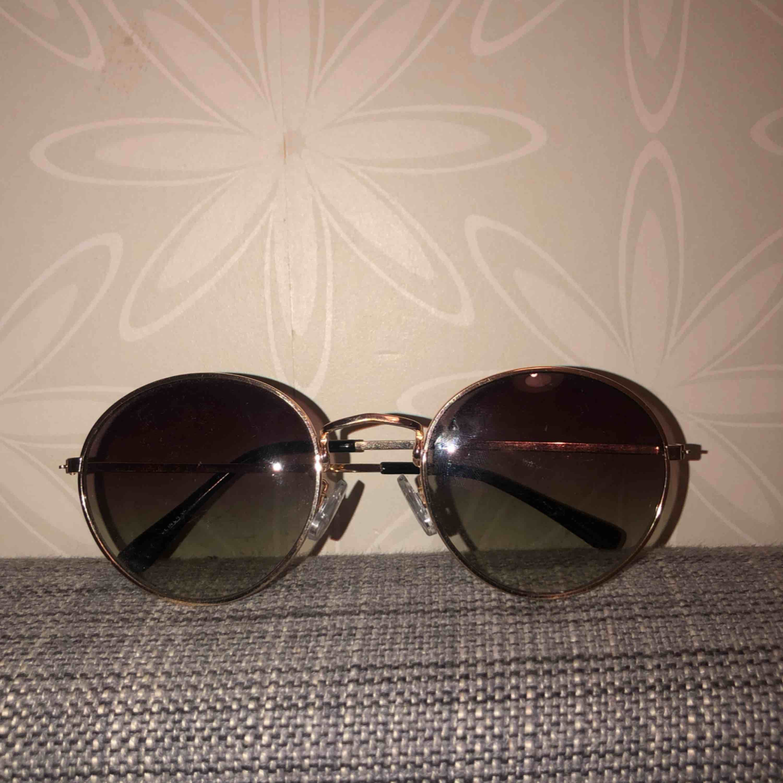 Solglasögon från hm. Accessoarer.