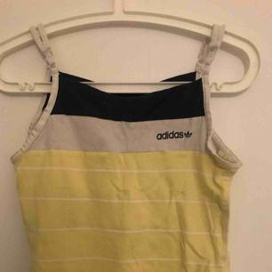 Vintage adidas linne i storlek XS/S banden går att justera!:)