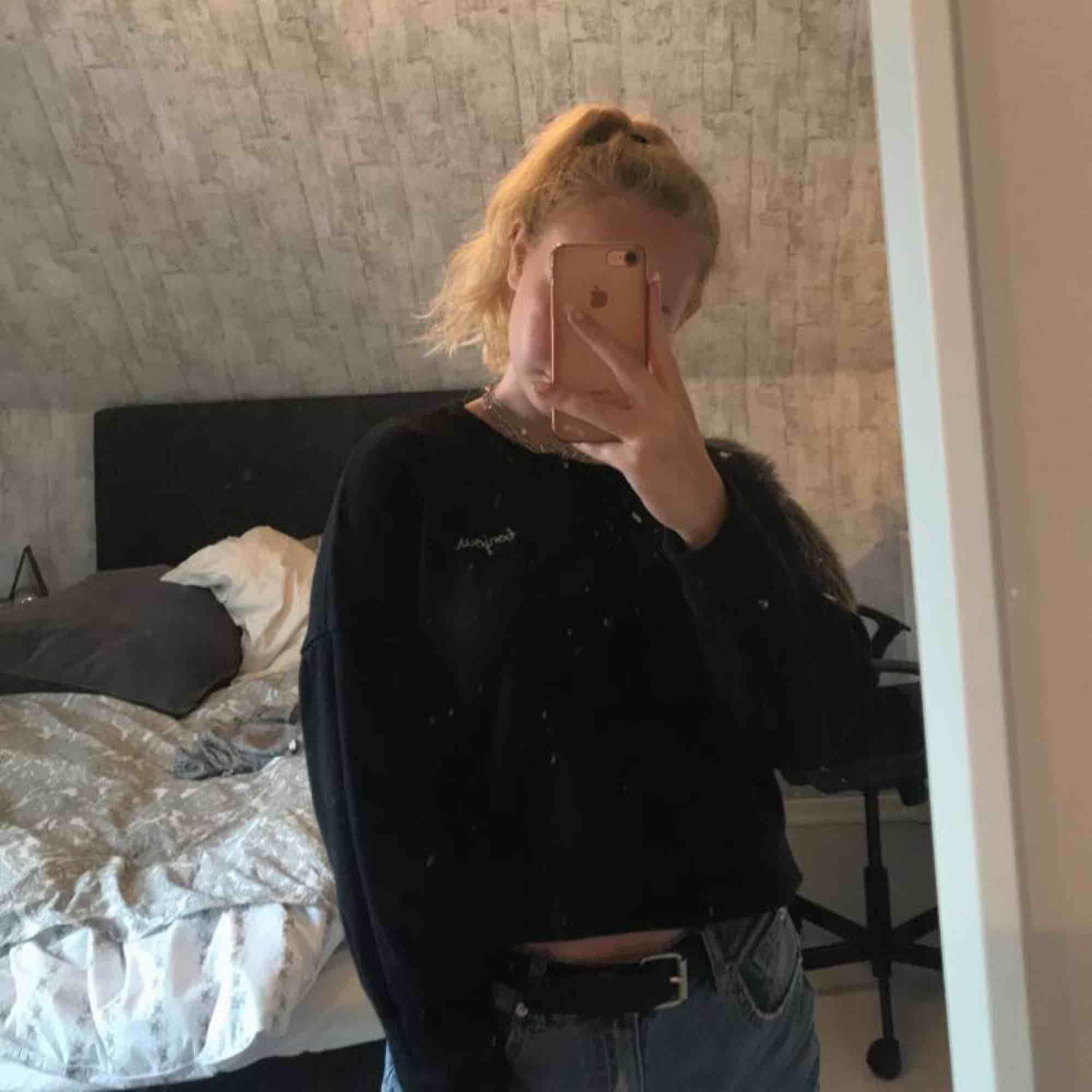 en jättefin svart sweatshirt! står storlek M på tröjan men passar även en S, använd men i perfekt skick!:). Tröjor & Koftor.