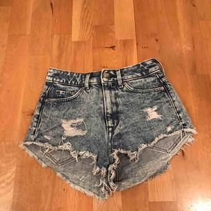 Extremt snygga jeansshorts med slitningar, från hm i stl 32 som är fransiga nedtill. Utmärkt skick.
