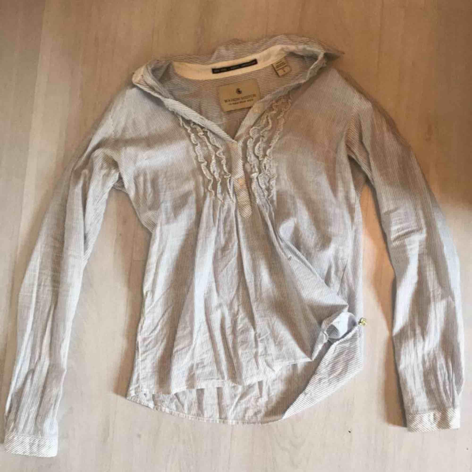 en jättesöt vit/marinblå skjortblus i storlek S. använd men i väldigt bra skick, frakt tillkommer<33. Skjortor.