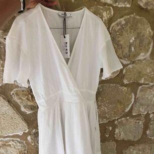 Så snygg helt ny klänning från NAKD är tyvärr lite för liten för mig. Passar perfekt till sommaren. Frakt ingår ej.