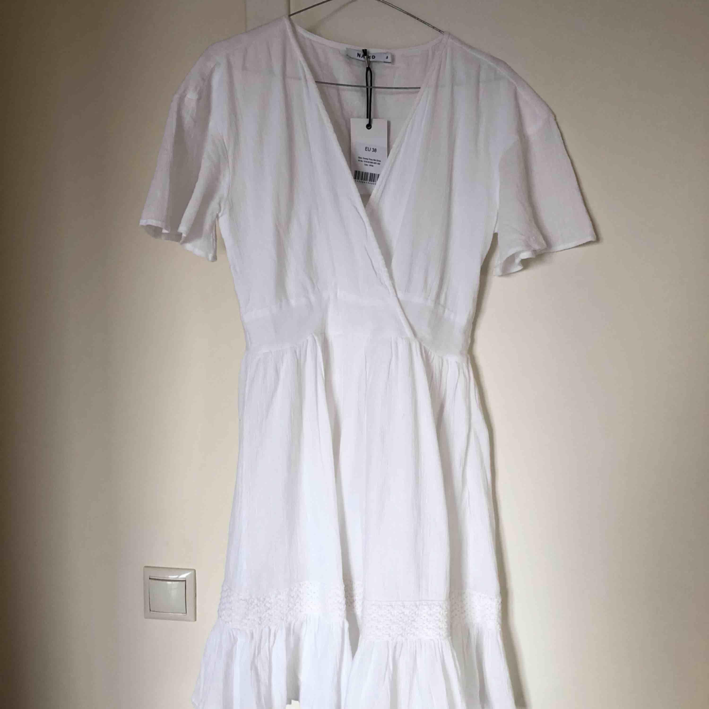 Så snygg helt ny klänning från NAKD är tyvärr lite för liten för mig. Passar perfekt till sommaren. Frakt ingår ej. . Klänningar.