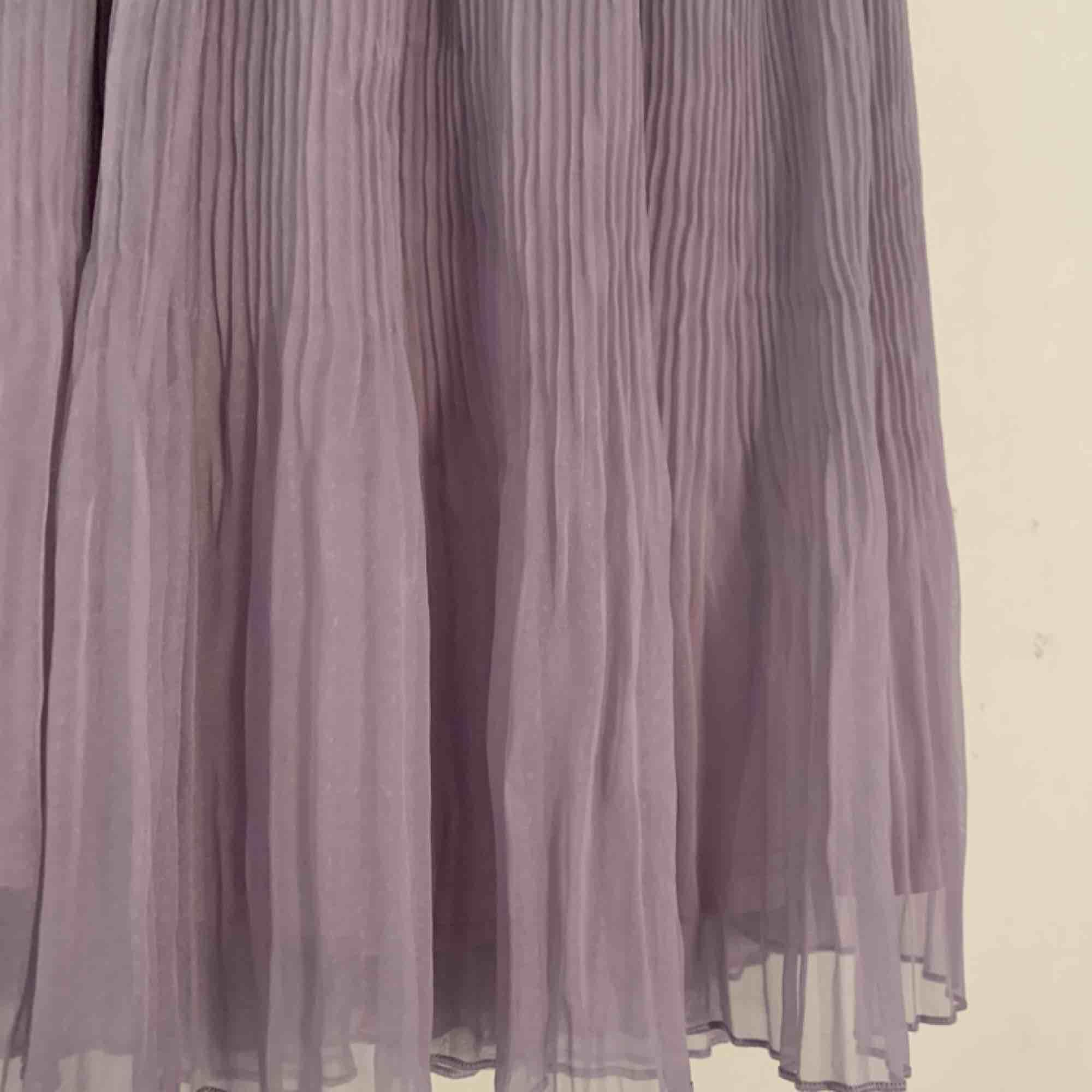 En superfin pastell-lila kjol som är plisserad. Från HM förra året. . Kjolar.