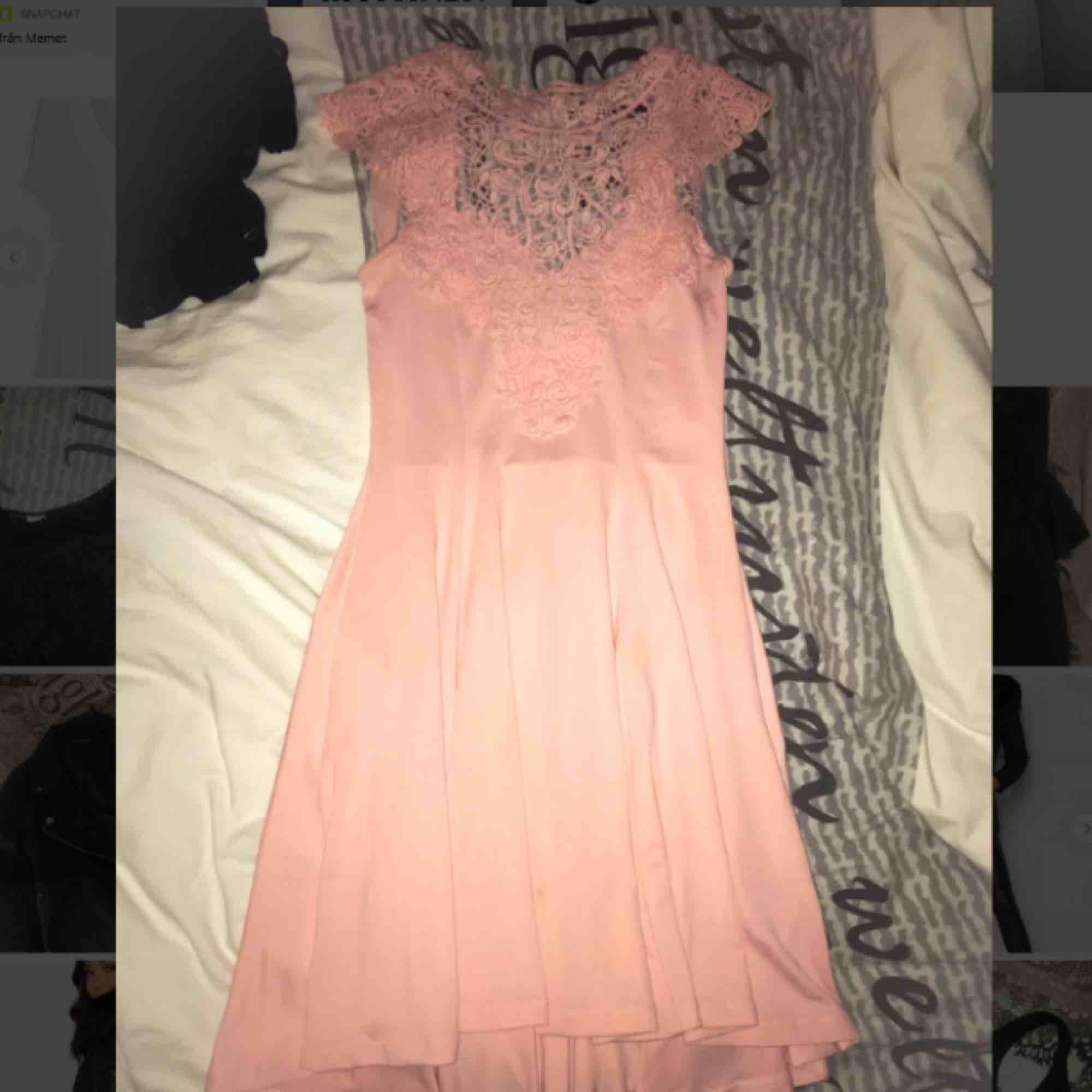 Rosa klänning ifrån bubbleroom som heller inte kommit till användning, lite längre baktill med knyte i ryggen Mina bilder är otroligt slarviga pga lathet men sitter precis som på modellen . Klänningar.
