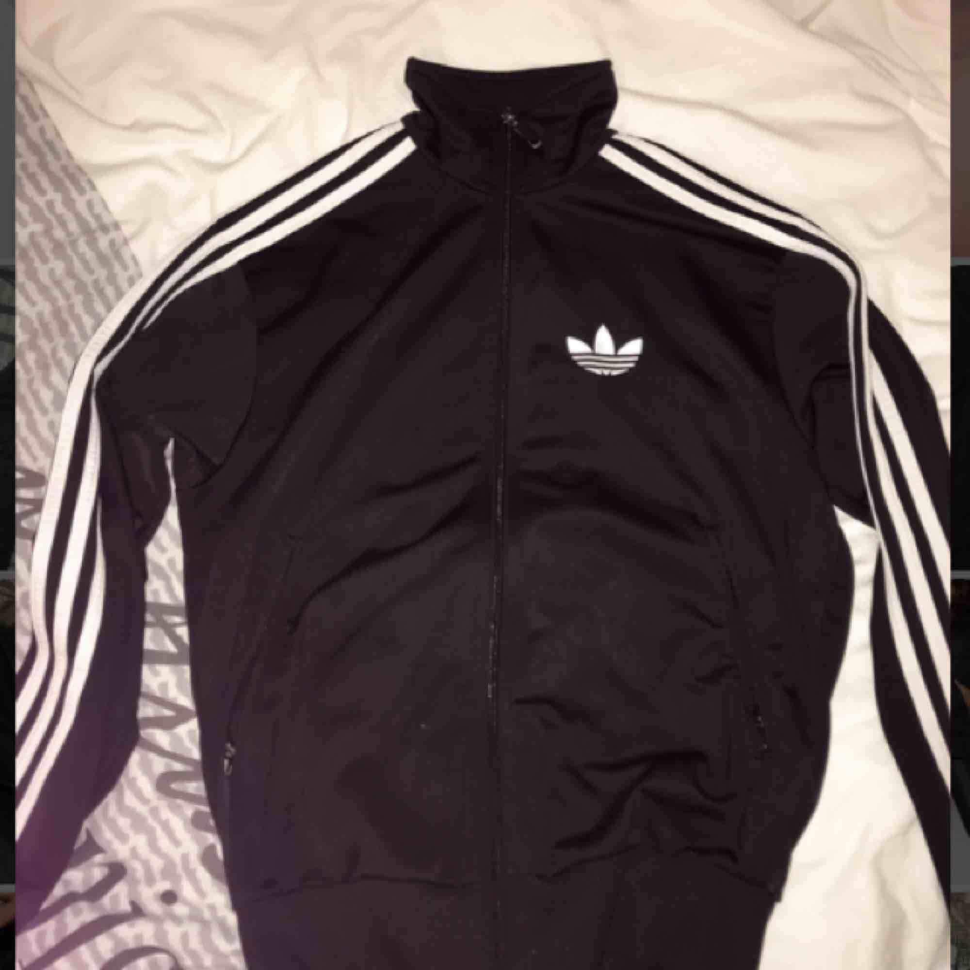 Adidas tröja, snygg passform passar även XS . Tröjor & Koftor.