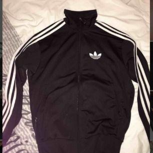 Adidas tröja, snygg passform passar även XS