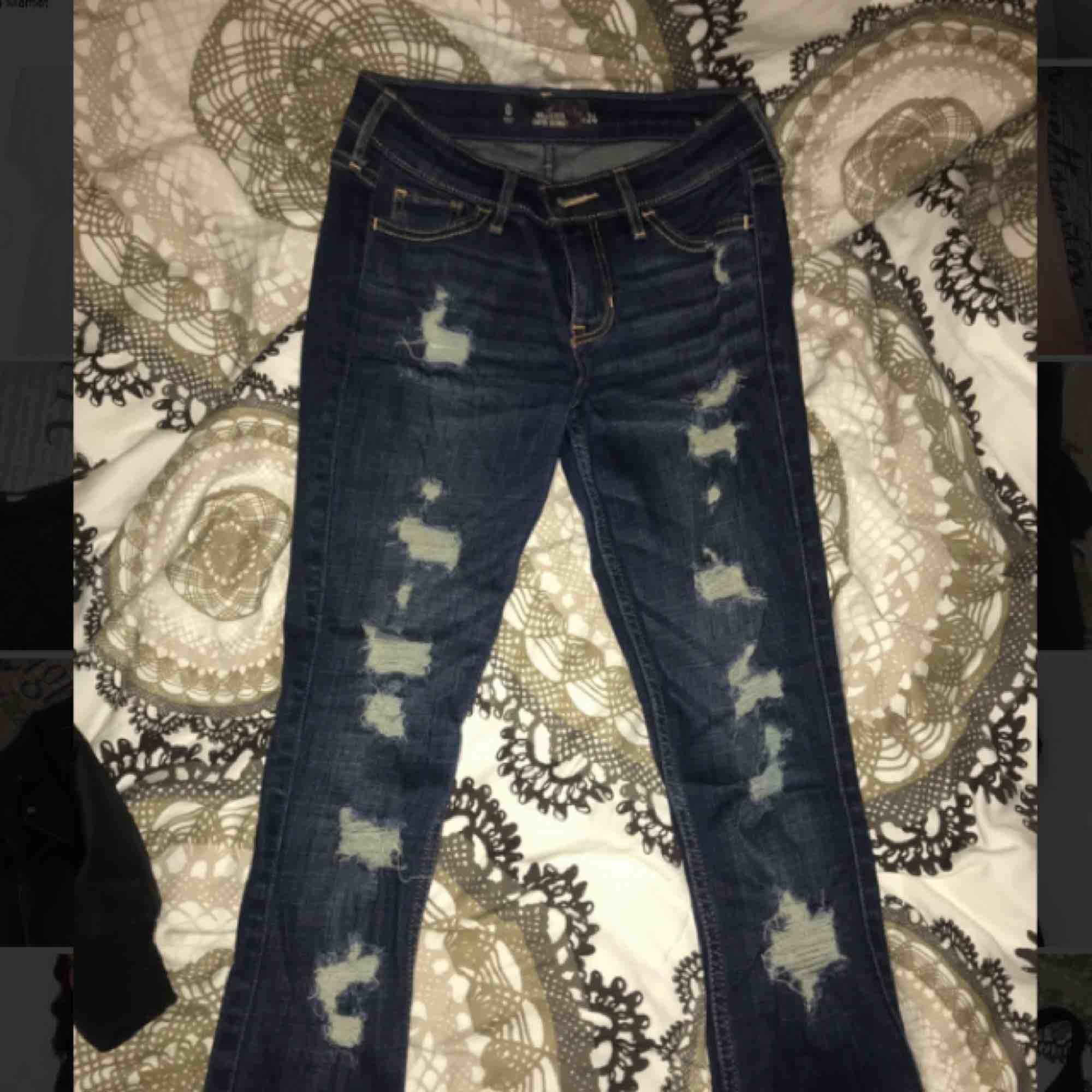 Tajta lågmidjade jeans ifrån hollister som tyvärr blivit för små. Jeans & Byxor.