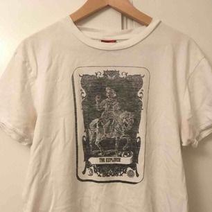 Gammal Levi's tröja köpt på secondhand, har ett supercoolt tarrot card motiv på framsidan🔮