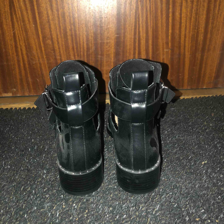 Boots från pull&bear!  Dammiga pågrund av att dom aldrig används och bara stått i garderoben, säljer för att jag köpte fel storlek!  Möts upp på Södermalm annars frakt 50kr . Skor.