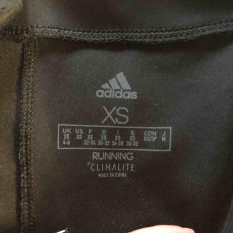 Ett par träningstights från adidas, säljer pga att de aldrig används. Strl XS, väldigt stretchiga! Nypris 300kr.. Jeans & Byxor.