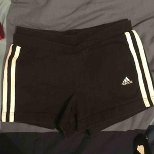 Korta formpassande adidas shorts som har blivit för små för mig. Har en del stretch så skulle förmodligen passa en liten S också☺️ kan frakta eller mötas