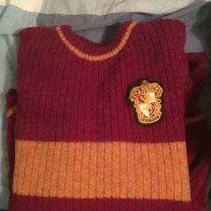 Harry Potter gryffindor stickad tröja. Så mysig!! Tröjan behöver ett nytt hem hos någon annan Harry Potter älskare då jag inte har tillräckligt mycket plats för den😢 kan frakta eller mötas