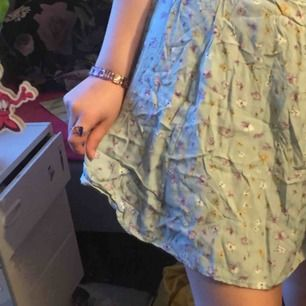 En super söt turkos aktig kjol från bikbok, köpt för flera år sedan🌼🌼 frakt 42kr eller så möts jag i slussen☺️