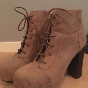 Ett par högklackade skor i mockaliknande material som köptes här på plick men aldrig kom till användning. Hoppas någon annan kan rocka dessa klackar💞kan mötas eller frakta