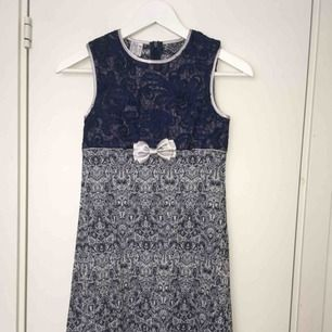 Blå jättevacker spetsklänning från Anna S. Strl 146. 300 kr.  Nyskick!