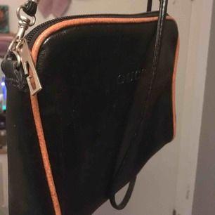 Supersöt liten fake Gucci väska som jag fick av någon men aldrig har använt. Gucci är inte riktigt min stil heller, men det finns säkert någon annan som skulle kunna ge väskan den uppmärksamhet den förtjänar🐯kan mötas eller frakta