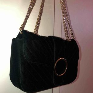 En svart samets väska från gina tricot, knappt använd ;))) fraktar inte!