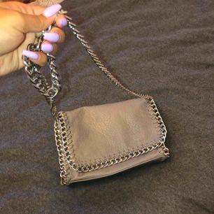 Grå väska från scorett, kommer ej till användning så någon annan kanske får bättre användning för den :))